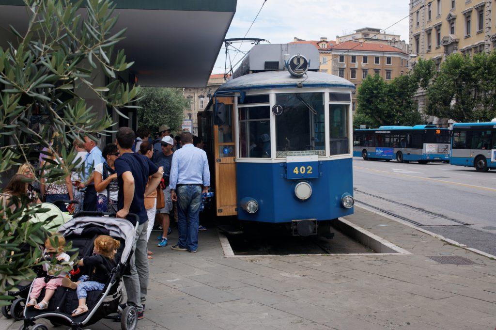 Die Tram fährt, teilweise mit Zugseilunterstuezung, den Berg hinauf.